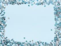Πλαίσιο του ακτινοβολώντας διαμορφωμένου αστέρι κομφετί σε ένα μπλε υπόβαθρο Υπόβαθρο Χριστουγέννων, χαιρετισμός, αφίσα, ανακοίνω διανυσματική απεικόνιση