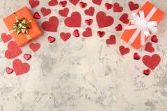 Πλαίσιο του κιβωτίου και των καρδιών δώρων σε ένα ελαφρύ συγκεκριμένο υπόβαθρο βαλεντίνος ημέρας s τοποθετήστε το κείμενο επάνω α στοκ εικόνα με δικαίωμα ελεύθερης χρήσης