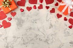 Πλαίσιο του κιβωτίου και των καρδιών δώρων σε ένα ελαφρύ συγκεκριμένο υπόβαθρο βαλεντίνος ημέρας s τοποθετήστε το κείμενο επάνω α στοκ εικόνες