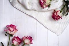 Πλαίσιο τριαντάφυλλων με το καρό στο ξύλινο άσπρο υπόβαθρο Στοκ φωτογραφία με δικαίωμα ελεύθερης χρήσης