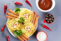 Πλαίσιο τροφίμων κομμάτων αποκριών Τα γεμισμένα πιπέρια με τα τρομακτικά πρόσωπα, τυρί μαγεύουν τις σκούπες, χάμπουργκερ τεράτων, στοκ εικόνα