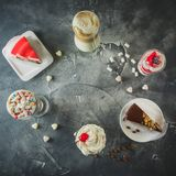 Πλαίσιο τροφίμων με τα ποτά και τα επιδόρπια milkshake Milkshakes και κέικ Επίπεδος βάλτε στοκ φωτογραφία