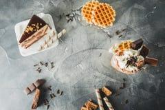 Πλαίσιο τροφίμων της σοκολάτας milkshake με τη στάζοντας σάλτσα, την κρέμα, το κέικ και το μπισκότο στοκ φωτογραφία με δικαίωμα ελεύθερης χρήσης