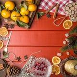 Πλαίσιο τροφίμων Χριστουγέννων κόκκινο σε ξύλινο Στοκ Εικόνα