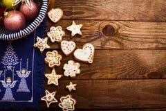Πλαίσιο των εξαρτημάτων και των μπισκότων Χριστουγέννων στο καφετί ξύλινο υπόβαθρο Τοπ όψη Διάστημα και χλεύη αντιγράφων επάνω κα στοκ εικόνες