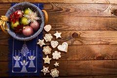 Πλαίσιο των εξαρτημάτων και των μπισκότων Χριστουγέννων στο καφετί ξύλινο υπόβαθρο Τοπ όψη Διάστημα και χλεύη αντιγράφων επάνω κα στοκ φωτογραφίες με δικαίωμα ελεύθερης χρήσης