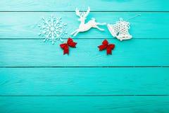Πλαίσιο των εξαρτημάτων Χριστουγέννων στο μπλε ξύλινο υπόβαθρο Τοπ διάστημα άποψης και αντιγράφων Χλεύη επάνω στοκ εικόνα με δικαίωμα ελεύθερης χρήσης