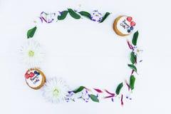 Πλαίσιο των λουλουδιών και των φύλλων με τις πίτες whoopie Τοπ όψη Στοκ Εικόνες