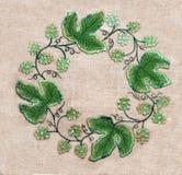 Πλαίσιο των πράσινων φύλλων και των λουλουδιών κεντητικής στοκ φωτογραφίες με δικαίωμα ελεύθερης χρήσης
