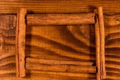 Πλαίσιο των ραβδιών κανέλας στον ξύλινο πίνακα στοκ φωτογραφία με δικαίωμα ελεύθερης χρήσης
