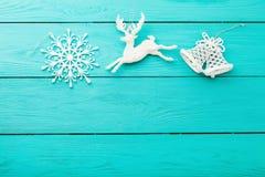 Πλαίσιο των Χριστουγέννων και των νέων εξαρτημάτων έτους στο μπλε ξύλινο υπόβαθρο Τοπ όψη διάστημα αντιγράφων στοκ εικόνες με δικαίωμα ελεύθερης χρήσης