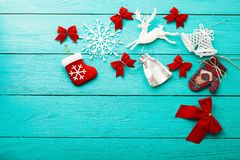 Πλαίσιο των Χριστουγέννων και των νέων εξαρτημάτων έτους στο μπλε ξύλινο υπόβαθρο με το διάστημα αντιγράφων Τοπ όψη Χλεύη επάνω στοκ εικόνες