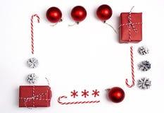 Πλαίσιο Χριστουγέννων από τις διακοσμήσεις και τα δώρα Χριστουγέννων Επίπεδος βάλτε Στοκ εικόνες με δικαίωμα ελεύθερης χρήσης