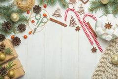 Πλαίσιο Χριστουγέννων με τα μπισκότα μελοψωμάτων, χριστουγεννιάτικο δέντρο, κώνοι πεύκων, παιχνίδια Διάστημα αντιγράφων για το κε στοκ φωτογραφίες