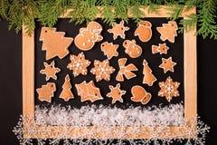 Πλαίσιο Χριστουγέννων με τα μπισκότα μελοψωμάτων Χριστουγέννων Στοκ Φωτογραφίες