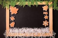 Πλαίσιο Χριστουγέννων με τα μπισκότα μελοψωμάτων Χριστουγέννων Στοκ Φωτογραφία