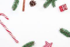 Πλαίσιο Χριστουγέννων με τις εορταστικές διακοσμήσεις κλάδοι έλατου, δώρο BO Στοκ Φωτογραφίες