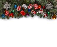 Πλαίσιο Χριστουγέννων με τους κλάδους Χριστουγέννων και ντεκόρ Χριστουγέννων που απομονώνεται στο λευκό Στοκ φωτογραφία με δικαίωμα ελεύθερης χρήσης