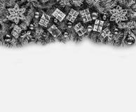 Πλαίσιο Χριστουγέννων με τους κλάδους Χριστουγέννων και ντεκόρ Χριστουγέννων που απομονώνεται στο λευκό Στοκ εικόνες με δικαίωμα ελεύθερης χρήσης