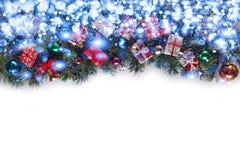 Πλαίσιο Χριστουγέννων με τους κλάδους Χριστουγέννων και ντεκόρ Χριστουγέννων που απομονώνεται στο λευκό Στοκ Εικόνες