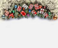 Πλαίσιο Χριστουγέννων με τους κλάδους Χριστουγέννων και ντεκόρ Χριστουγέννων στο λευκό Στοκ εικόνα με δικαίωμα ελεύθερης χρήσης