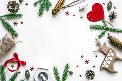 Πλαίσιο Χριστουγέννων που γίνεται από τους κλάδους έλατου και τα παιχνίδια Χριστουγέννων προετοιμασία για το νέο έτος Υπόβαθρο Χρ Στοκ Εικόνες