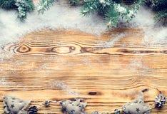 Πλαίσιο Χριστουγέννων που γίνεται με τους κλάδους έλατου, τα παιχνίδια χιονιού και Χριστουγέννων, Στοκ Εικόνες