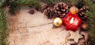Πλαίσιο Χριστουγέννων που διακοσμείται με τους κόκκινους κλάδους έλατου κεριών εμφάνισης und Στοκ Εικόνα