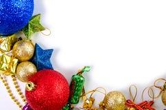 Πλαίσιο Χριστουγέννων των σφαιρών ντεκόρ, γιρλάντα, χάντρες, κόκκινες ρόδινες μπλε χρυσές διακοσμήσεις ταράνδων στοκ εικόνες