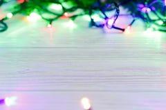 Πλαίσιο Χριστουγέννων των φω'των γιρλαντών ζωηρόχρωμα μοντέρνα σύνορα στο wh Στοκ Φωτογραφία