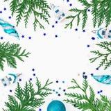 Πλαίσιο Χριστουγέννων των χειμερινών δέντρων, των μπιχλιμπιδιών διακοσμήσεων και Χριστουγέννων στο άσπρο υπόβαθρο Σύνθεση διακοπώ Στοκ Φωτογραφίες