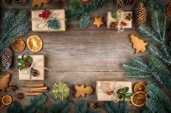 Πλαίσιο Χριστουγέννων, υπόβαθρο με τις διακοσμήσεις Δώρο Χριστουγέννων, pi Στοκ Φωτογραφία