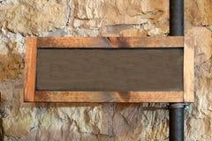 Πλαισιωμένος ξύλο πίνακας κιμωλίας που συνδέεται με τον κάθετο σωλήνα με το διάστημα αντιγράφων στοκ φωτογραφία