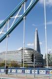 πλαισιωμένο γέφυρα Λονδίνο shard Στοκ φωτογραφία με δικαίωμα ελεύθερης χρήσης