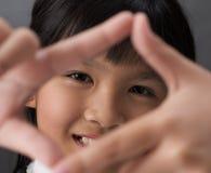 πλαισιώνοντας κορίτσι Στοκ εικόνες με δικαίωμα ελεύθερης χρήσης