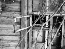 Πλακάκι με ένα σπασμένο παράθυρο στο παλαιό σπίτι στο υπόβαθρο του χιονιού το χειμώνα στοκ φωτογραφία