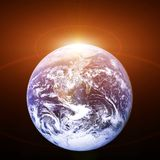Πλανήτης Γη από το διάστημα με τον ήλιο αύξησης κοσμικό τοπίο ελεύθερη απεικόνιση δικαιώματος