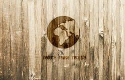 Πλανήτης Γη που καίγεται στο ξύλινο υπόβαθρο Σχεδιασμένος για το έμβλημα Eco Το κείμενο μειώνει την επαναχρησιμοποίηση ανακύκλωση διανυσματική απεικόνιση