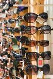 Πλαστά γυαλιά ηλίου για την πώληση Στοκ Εικόνες