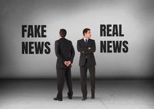 Πλαστές ειδήσεις ή πραγματικό κείμενο ειδήσεων με το κοίταγμα επιχειρηματιών στις αντίθετες κατευθύνσεις Στοκ Εικόνες