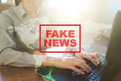 Πλαστές ειδήσεις που προειδοποιούν στην εικονική οθόνη Στοκ εικόνες με δικαίωμα ελεύθερης χρήσης
