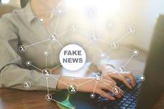 Πλαστές ειδήσεις που προειδοποιούν στην εικονική οθόνη Στοκ Φωτογραφίες
