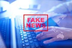 Πλαστές ειδήσεις που προειδοποιούν στην εικονική οθόνη Στοκ Εικόνα