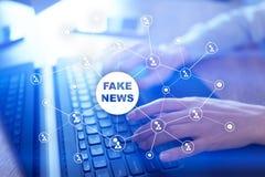 Πλαστές ειδήσεις που προειδοποιούν στην εικονική οθόνη Στοκ φωτογραφία με δικαίωμα ελεύθερης χρήσης