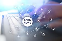 Πλαστές ειδήσεις που προειδοποιούν στην εικονική οθόνη Στοκ Εικόνες