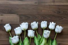 Πλαστές τουλίπες και στο ξύλινο υπόβαθρο Στοκ εικόνες με δικαίωμα ελεύθερης χρήσης