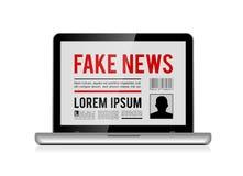 Πλαστή έννοια σχεδίου ειδήσεων με τη σε απευθείας σύνδεση εφημερίδα στο διάνυσμα lap-top ελεύθερη απεικόνιση δικαιώματος