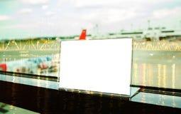 Πλαστή επάνω άσπρη ετικέτα στον πίνακα για το κενό πλαίσιο επιλογών στο εστιατόριο Στοκ εικόνα με δικαίωμα ελεύθερης χρήσης