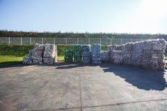 Πλαστικά δέματα στο εργοστάσιο επεξεργασίας αποβλήτων Χωριστή συλλογή απορριμάτων Ανακύκλωση και αποθήκευση των αποβλήτων για την στοκ φωτογραφία με δικαίωμα ελεύθερης χρήσης