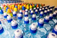 Πλαστικά μπουκάλια με το μεταλλικό νερό Στοκ φωτογραφία με δικαίωμα ελεύθερης χρήσης